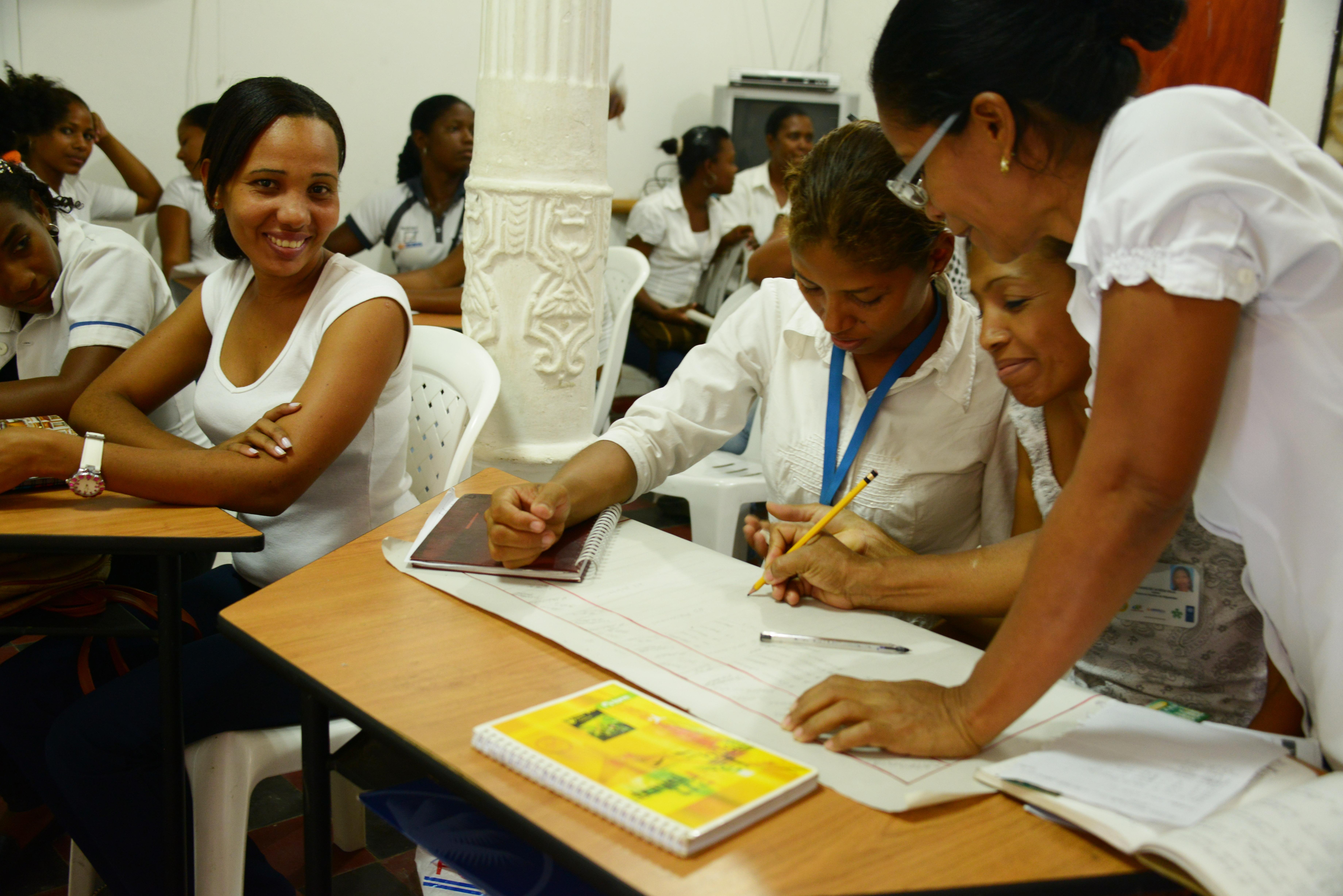 El Reino Unido ha financiado iniciativas para apoyar la participación de las mujeres en el proceso de paz, la pedagogía para la paz y la Misión de Monitoreo de la OEA.